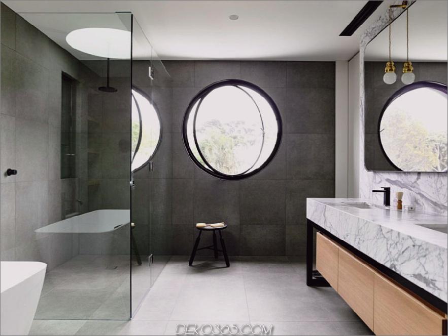 Das Badezimmer hat ein kühles, rundes Fenster