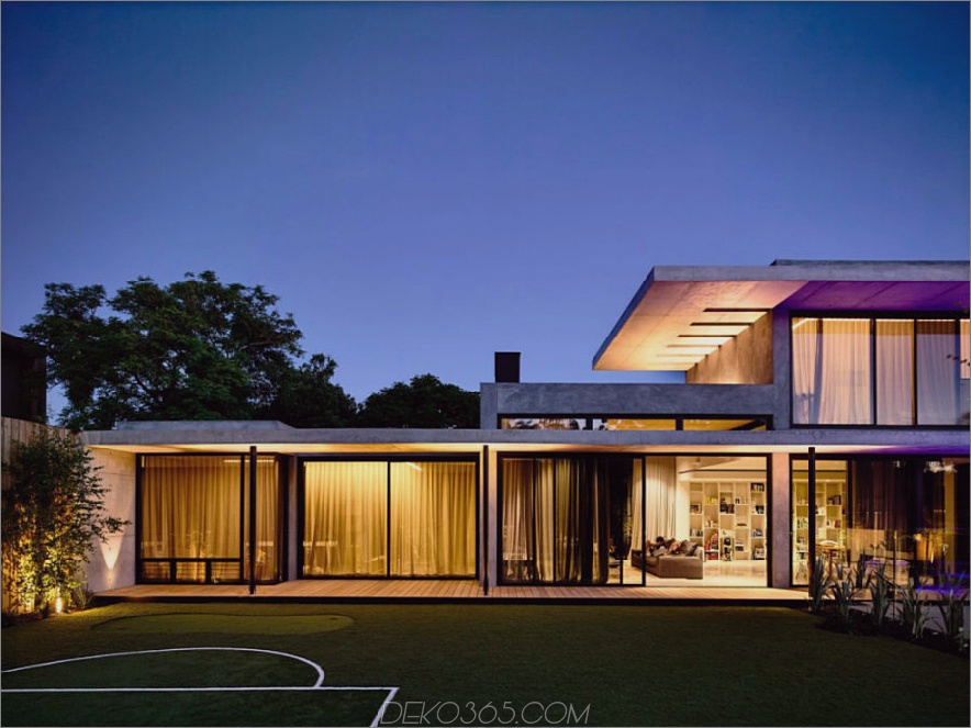 Glaslastiges Hausdesign wird durch zahlreiche Vorhänge geschützt