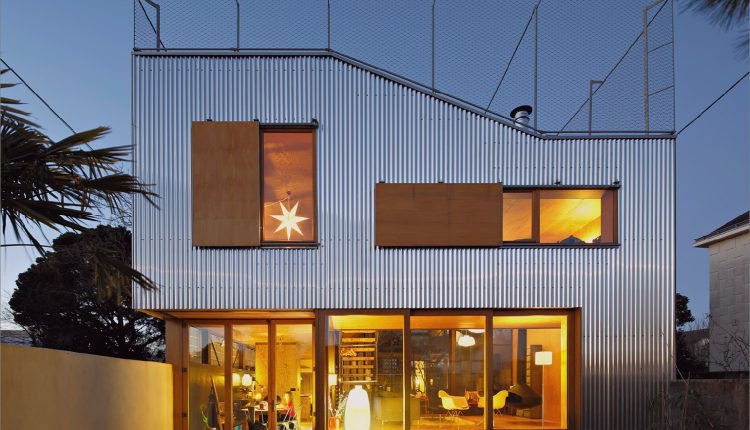 Cooles französisches Haus mit gewölbter Aluminiumfassade und Dachterrasse_5c58faad431a5.jpg