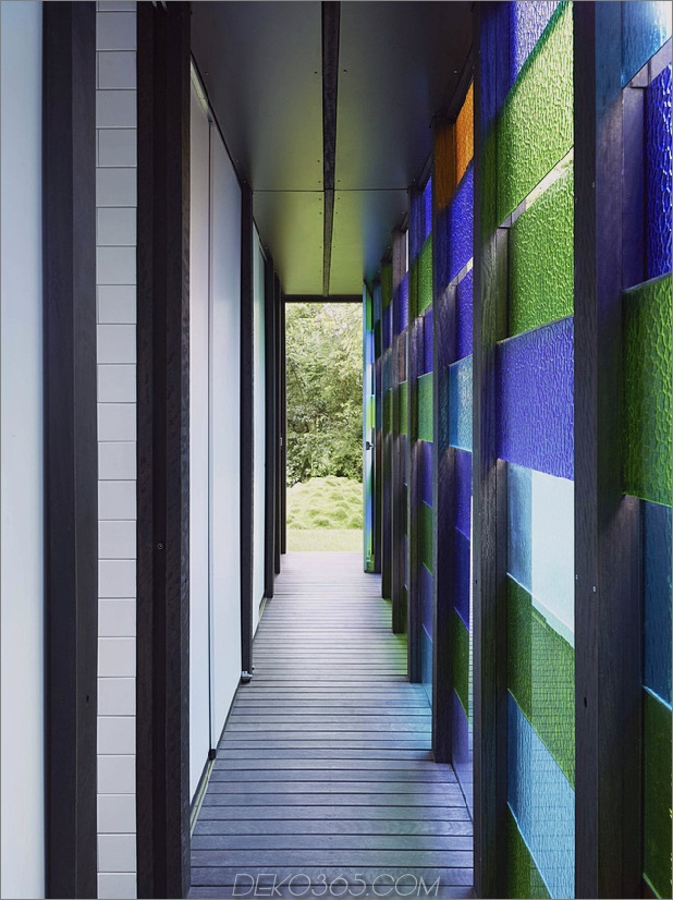 farbig-glas-wände-sparkle-from-cottage-addition-13-glasswall.jpg