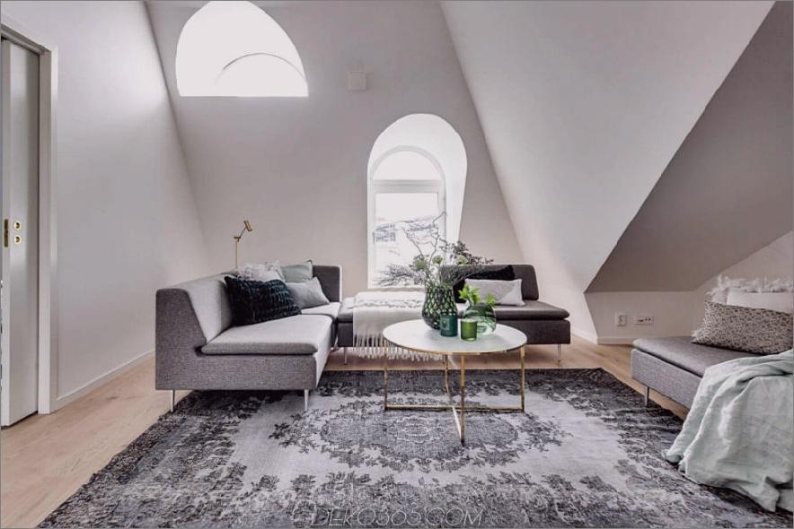 Gewölbte Fenster fluten das weiße Wohnzimmer mit Licht 900x600 Attic Apartment in Stockholm diktiert Layout und Stil