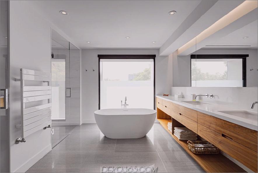 Zeitgenössisches Bad mit Blick auf den Außenbereich