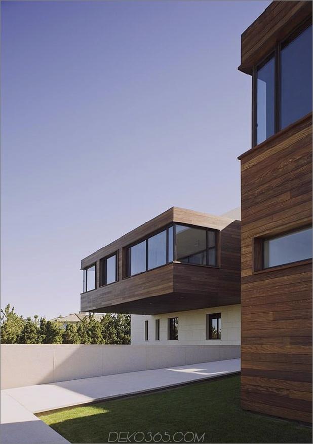 Oceanside-Home-Teak-Wände-Pool-Dach-Kamin-5-Entry-Walkway.jpg