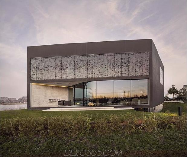 Rautenförmiges Haus mit geschwungenen Glasfenstern 1 Vorderdaumen 630xauto 38797 Rautenförmiges Haus mit geschwungenen Glasfenstern