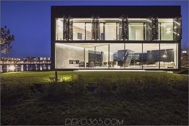 Rautenhaus-mit-kurvigen Glasfenstern-9-Fensterläden-öffnen.jpg