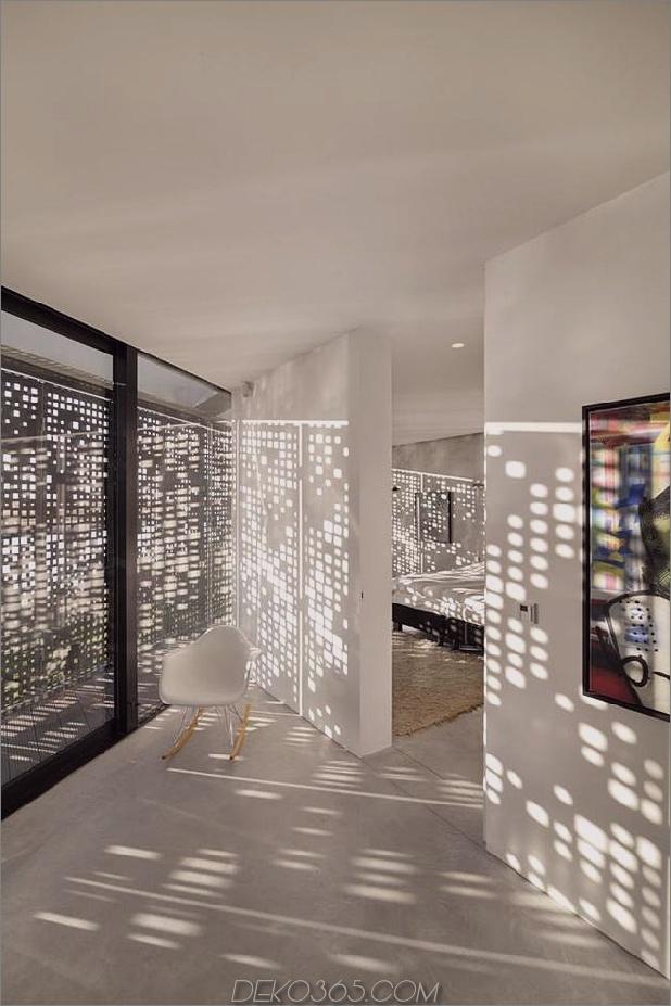 rautenförmiges Haus mit geschwungenen Glasfenstern -19-Schlafzimmer-Eingang.jpg