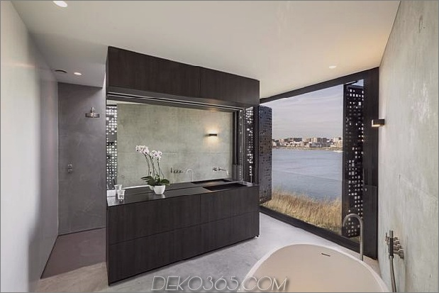 rautenförmiges haus mit geschwungenen glasfenstern-20-master-bathroom.jpg