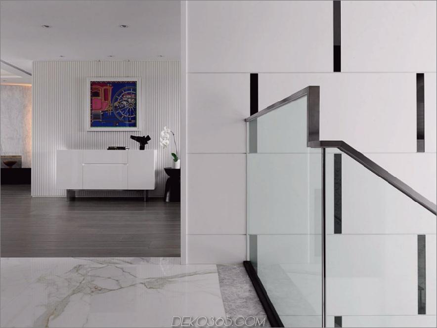 Strukturierte Wandpaneele werden meisterhaft verwendet, um der minimalen Wohnung viele Details zu geben