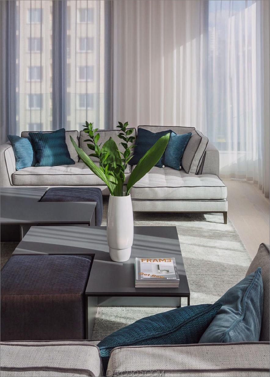 Weiche türkisfarbene Kissen verleihen dem weißen Wohnzimmer einen Hauch von Küste