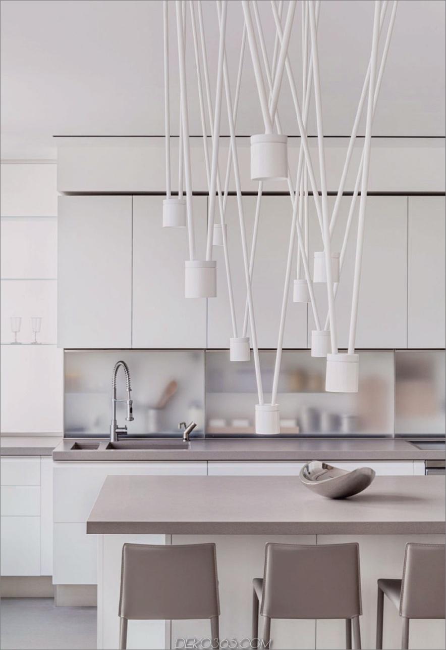 Moderne Leuchten verleihen der minimalistischen Küche viel Dynamik