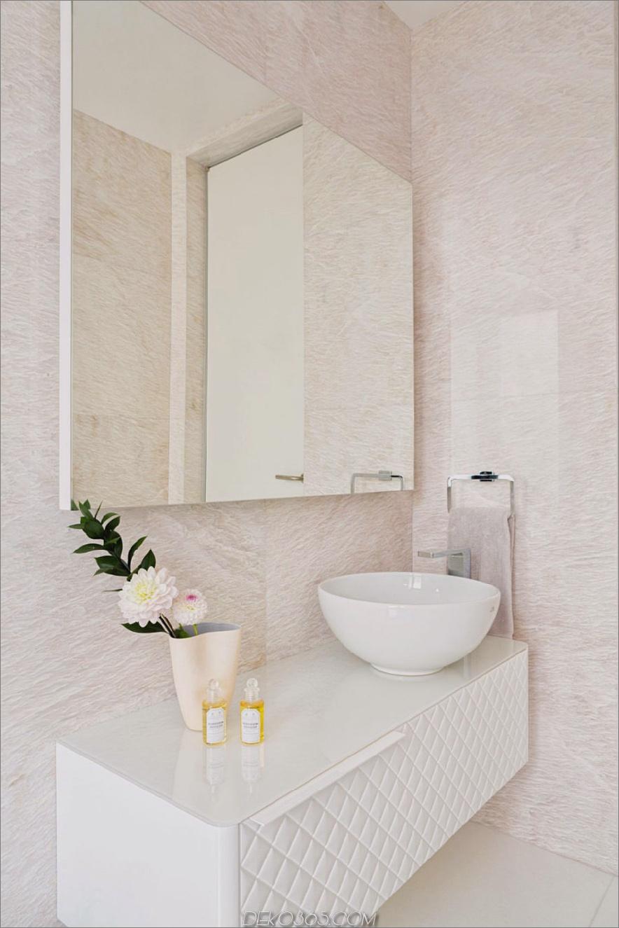Ein hotelähnliches Bad ist mit einem Waschbecken ausgestattet