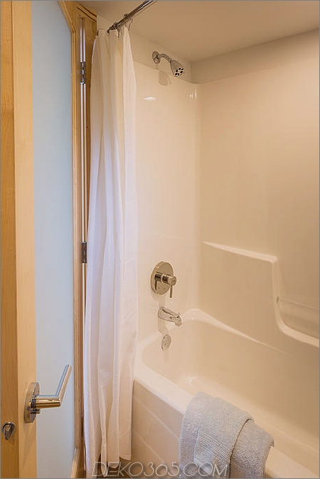 winzige-auf-anhänger-escape-homes-traveller-13-tub-shower.jpg