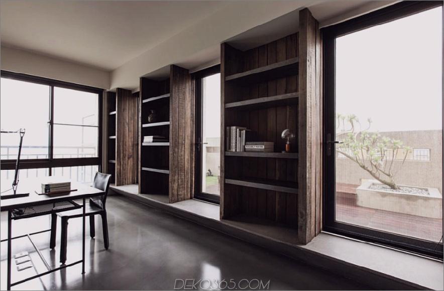 Eingebaute offene Regale im Home Office sind mit großen Fenstern ausgestattet