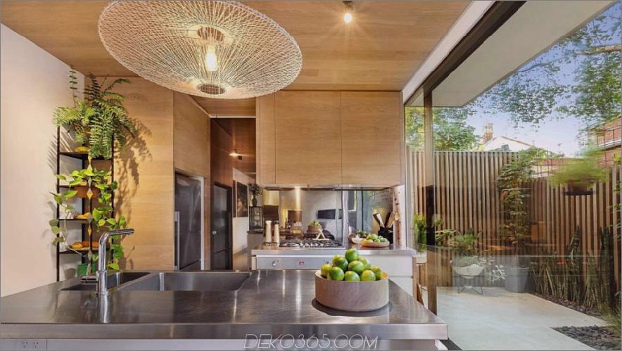 Holzküchenschränke stehen im Kontrast zu den Edelstahlelementen