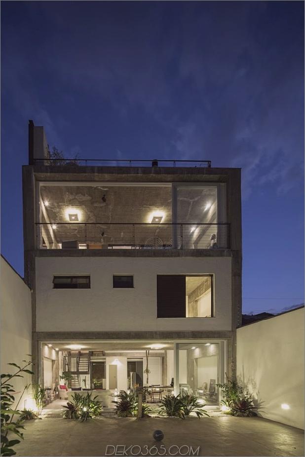 Brasilianisches Betonhaus, gebaut um einen dreistöckigen Innenhof Baum 1 Hinterkante Daumen 630x945 27694 Dreistöckiges Hofhaus