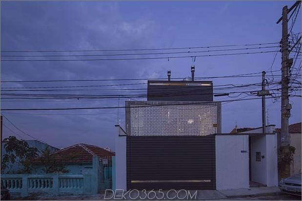Brasilianisch-Beton-Haus-gebaut-rund-dreistöckiger Hof-Baum-2-from-street.jpg