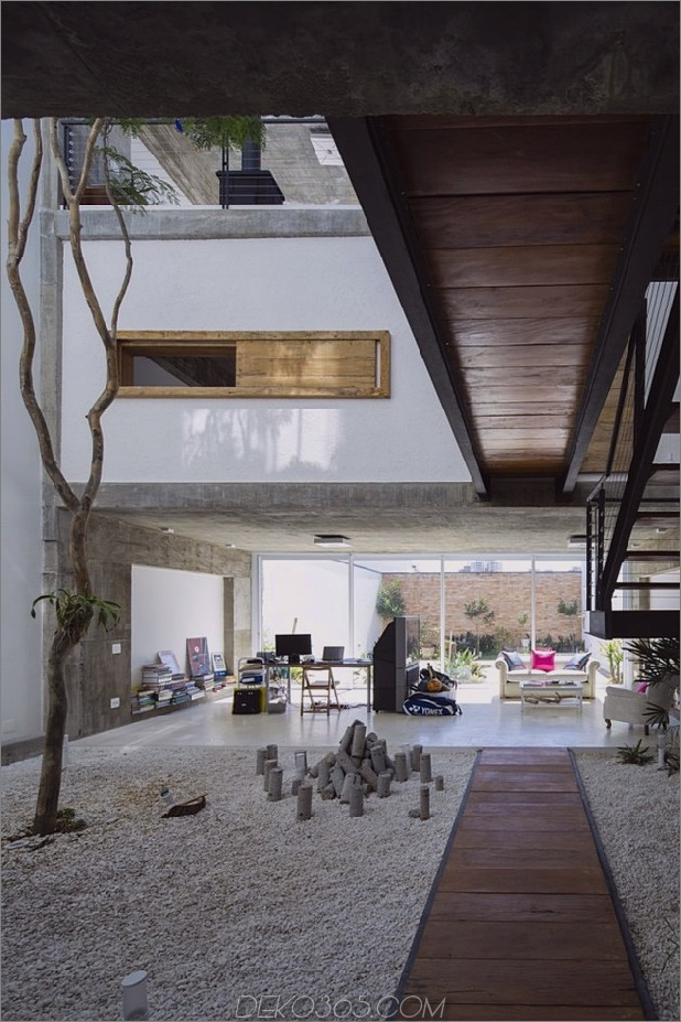 Brasilianisch-Beton-Haus-gebaut-rund-dreistöckiger Hof-Baum-8-Boden-Ebene-Pfad.jpg