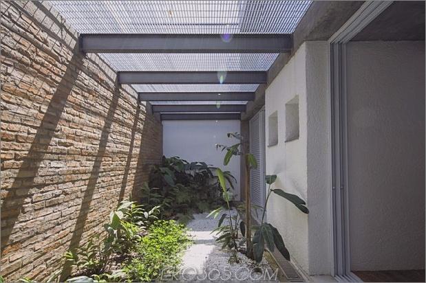 Brasilianisch-Beton-Haus-gebaut-rund-dreistöckiger Hof-Baum-10-Seite-Garten.jpg
