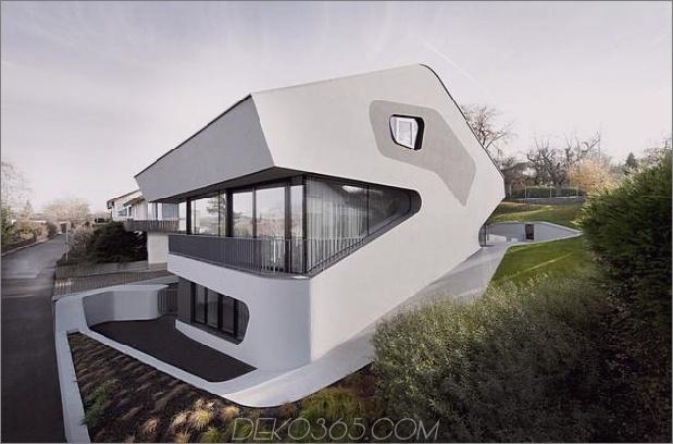 Eckiges modernes Haus verfügt über ein großes kurvenreiches Treppenhaus im Inneren. 1 site thumb 630xauto 38683 Eckiges modernes Hauptmerkmal Großes kurvenreiches Treppenhaus