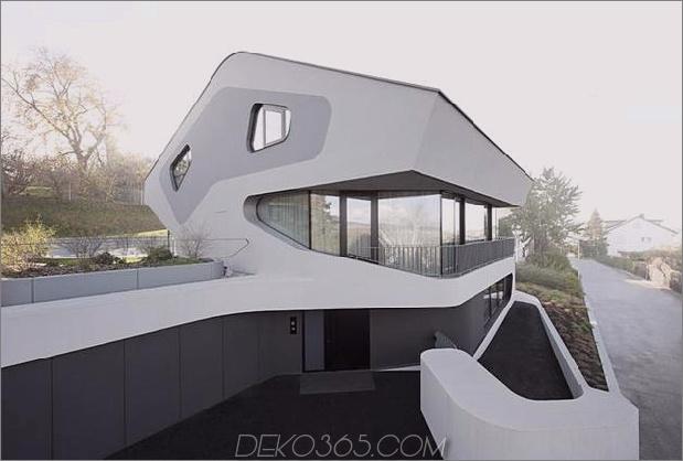Eckiges modernes Haus verfügt über ein großes kurvenreiches Treppenhaus im Inneren der Straße. 2 Street Thumb 630xauto 38685 Eckiges modernes Haus verfügt über ein großes kurvenreiches Treppenhaus