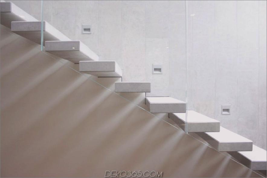 Moderne Treppenhäuser haben alle drei Stufen Sicherheitslichter in der Wand