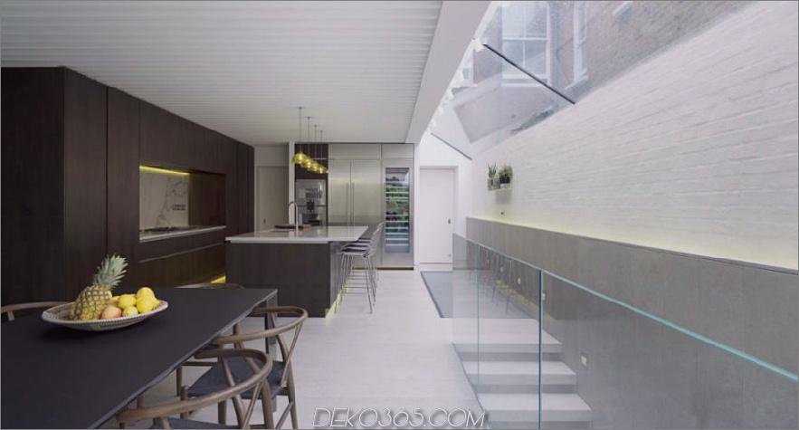Der Küchen-Essbereich bietet viel Licht von den Oberlichtern