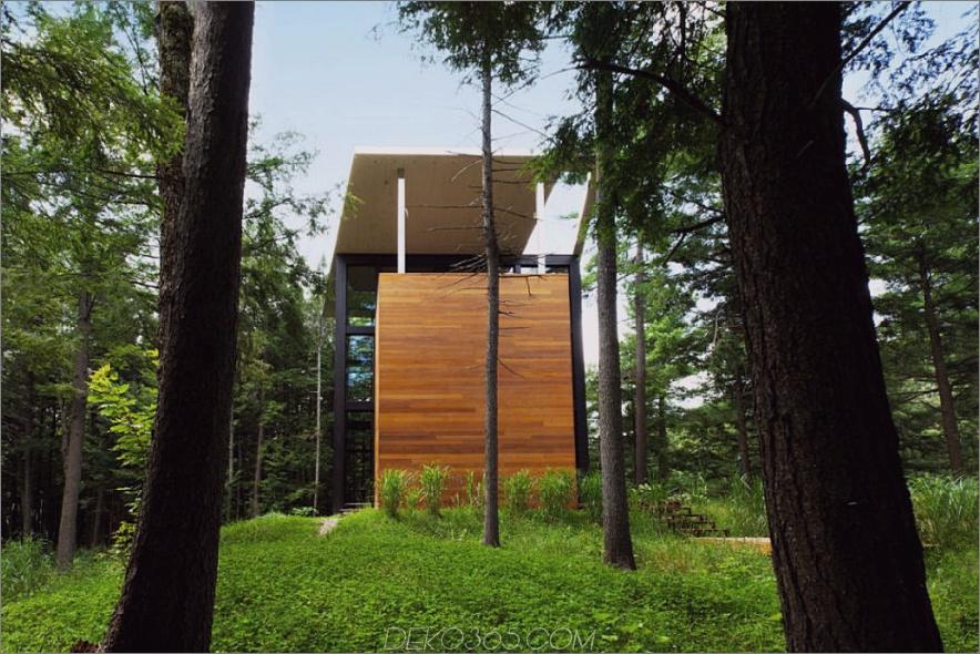 Grüne Wiese und Bäume sind die einzigen Nachbarn des Hauses