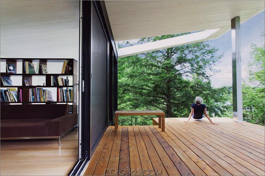 Das Wohnzimmer hat einen Zugang zur überdachten Holzterrasse