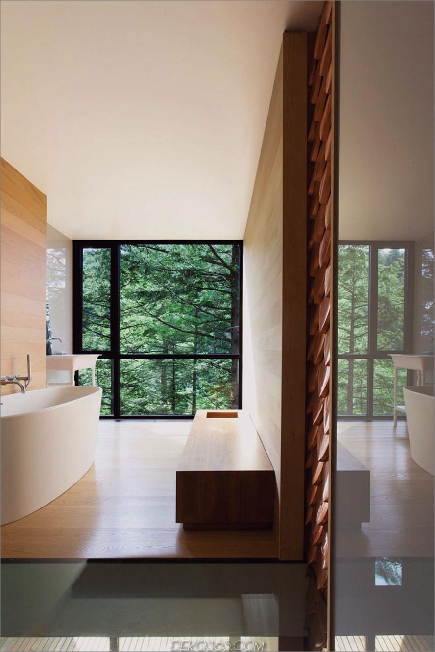 Ein Bad ohne malerisches Fenster wäre eine Verschwendung mit solchen Aussichten nach draußen