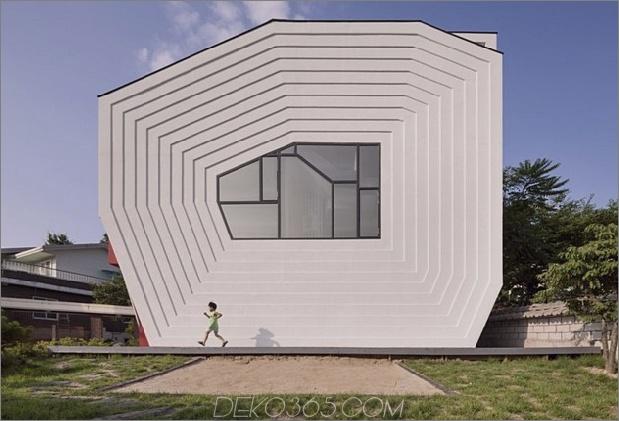 modernes geometrisches Haus mit überraschender Wendeltreppe 1 thumb 630x428 13886 Ein verspieltes Design für ein Kind mit Herz und seine Roboter