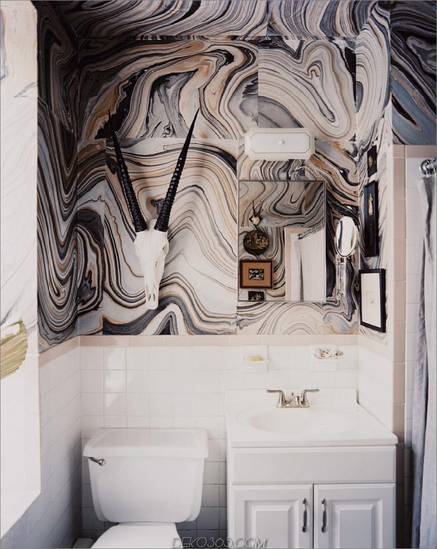 Steinähnliche Tapeten verfügen über eine Wand in einer Gästetoilette
