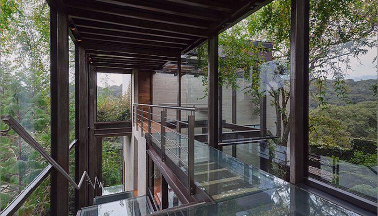 Erhöhter Glasübergang im Freien verbindet zwei Abschnitte des Hauses_5c58b60b92523.jpg