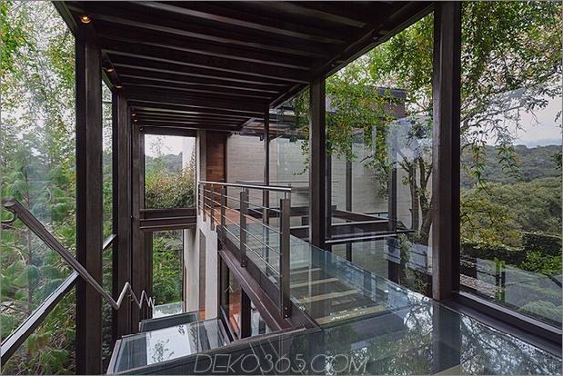 1 Erhöhter Glasübergang im Freien verbindet zwei Bereiche des Hauses 630xauto 64717 Erhöhter Glasübergang im Freien verbindet zwei Abschnitte des Hauses