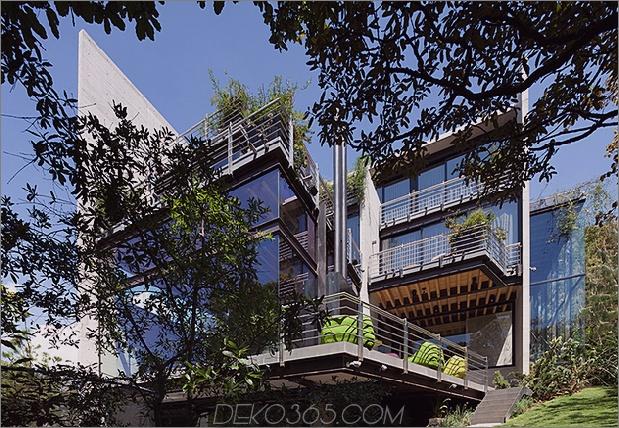 Haus im Wald grupo arquitectura thumb 630xauto 64747 Erhöhter Glas-Gehweg im Freien verbindet zwei Abschnitte des Hauses