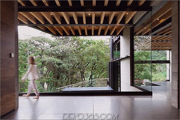 7-outdoor-erhöhte-glas-gehweg verbindet zwei abschnitte haus.jpg