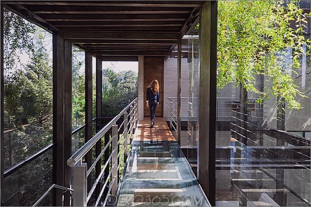 8-outdoor-erhöhte-glas-gehweg verbindet zwei abschnitte haus.jpg