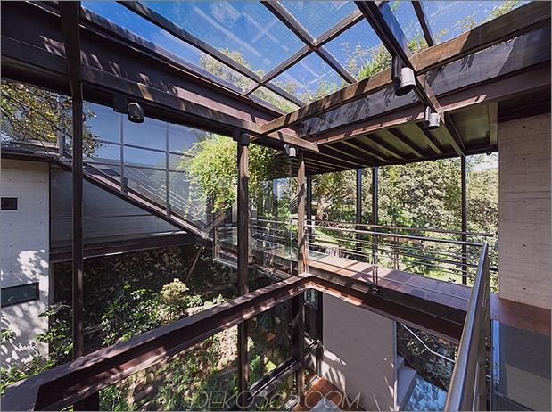 9-outdoor-erhöhte-glas-gehweg verbindet zwei abschnitte haus.jpg