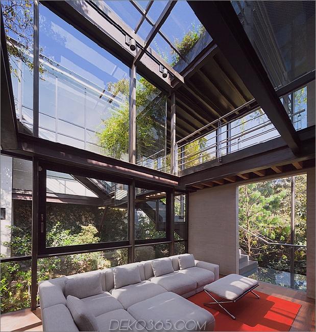 10-outdoor-erhöhte-glas-gehweg verbindet zwei abschnitte haus.jpg