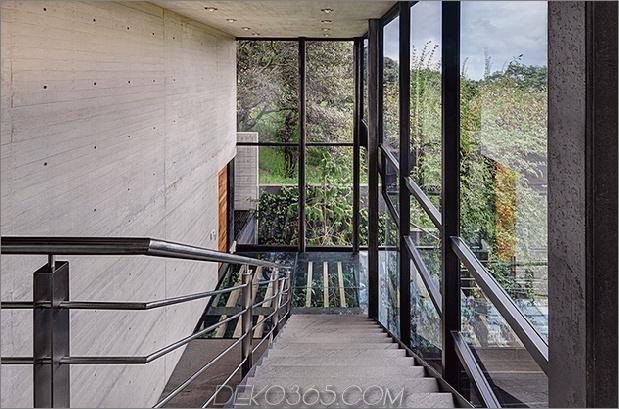 11-outdoor-erhöhte-glas-gehweg verbindet zwei abschnitte haus.jpg