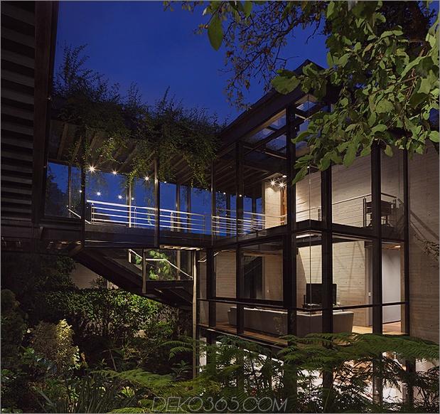 12-outdoor-erhöhte-glas-gehweg verbindet zwei abschnitte haus.jpg