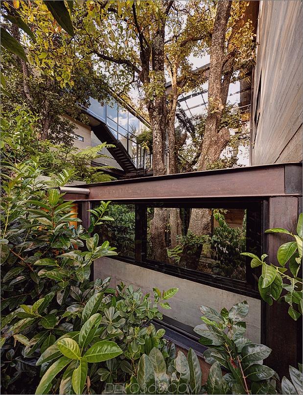 13-outdoor-erhöhte-glas-gehweg verbindet zwei abschnitte haus.jpg