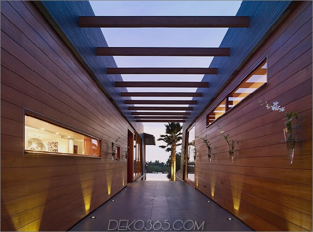 eco-friendly-kona-home-hawaiian-handwerkskunst-modern-details-11-corridor.jpg