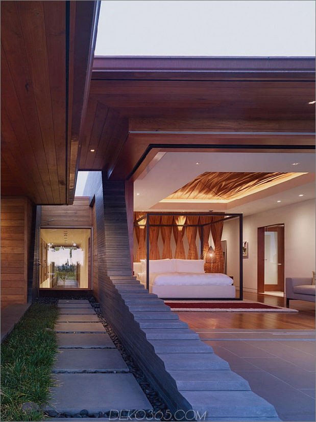 eco-friendly-kona-home-hawaiian-handwerkskunst-modern-details-17-corridor.jpg