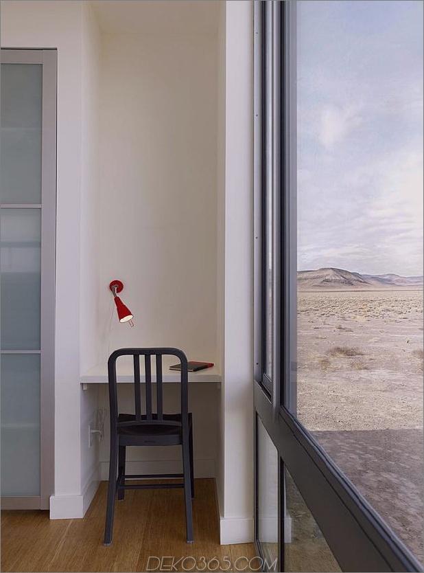 Isolierte-Wüste-Getaway-Haus-mit einziehbaren Deck-Cover-10-Schlafzimmer-Schreibtisch.jpg