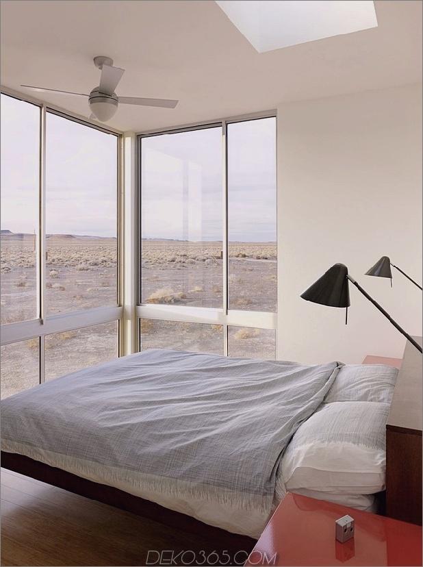 Isolierte-Wüste-Getaway-House-mit einziehbaren Deck-Cover-11-Master-Bedroom.jpg