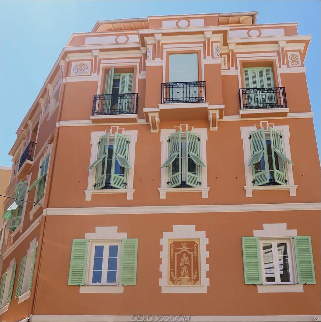 Helle farbige europäische Fensterläden
