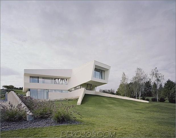 futuristisches Zuhause mit facettenreicher Form und minimalistischer Ästhetik 2 thumb 630xauto 33903 Futuristic Minimalist Family House