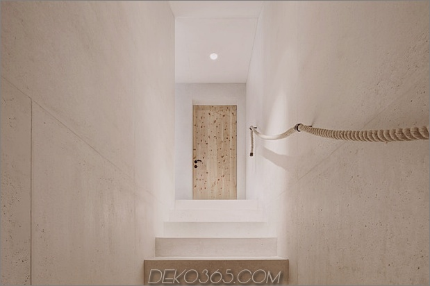 bergferienvilla-italien-gebaut-local-dolomite-wood-17-13-handrail.jpg