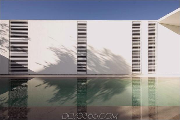 heiter-weißes-haus-mit-ummauerte-außen-raum-4-pool-wall.jpg