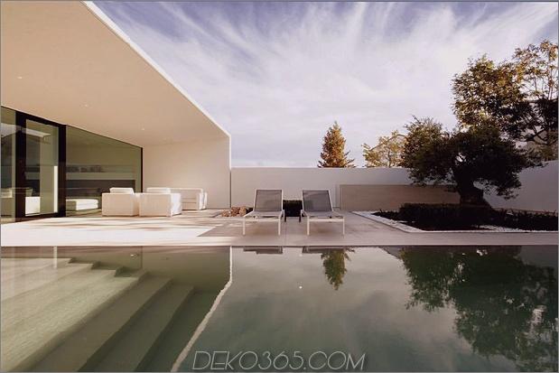 heiter-weißes-haus-mit-ummauerten-außen-raum-5-pool-in richtung patio.jpg